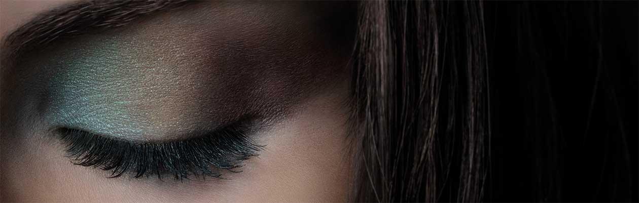 Regard sensuel ou naturel : nos cinq nouvelles ombres à paupières aux couleurs intenses attirent le regard. Leur composition à base de pigments minéraux et d'extraits de plantes médicinales nourrit le contour délicat de l'œil et illumine le regard.